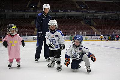 Superjuniorer På Is I Tre Kronors Hockeyskola