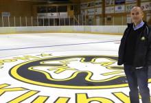 Vesa Remsu i mittcirkeln i Klosterhallen. Men någon  is kommer troligen inte att spolas upp i vinter.  – Vemodigt, säger Remsu som jobbat i 37 år i LAIK:s styrelse och varit både spelare och tränare.