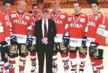 Vilket gäng. Janne Simons framför NHL-stjärnorna i Mora. Från vänster: Andreas Lilja, Marcel Hossa, Rastislav Palikovski, Marian Hossa, Dan Cleary och Shawn Horcoff.