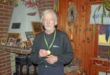 Kalle Johansson visar upp det senaste VM-guldet. Det tog han vid veteran-VM i Göteborg förra året.