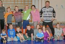 När Hedemora BK tränar i nedlagda Gussarvsskolans gymnastiksal är det i dag bara ungdomar som deltar. Här är en grupp med de yngsta tillsammans med tränaren Bjarne Andersson (stående längst till höger).