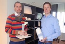 Per Möller och Marcus Kullman visar upp två av de produkter som deras företag, Dalelven Produktutveckling, tagit fram. Foto: SVEN-ERIK KARLSSON