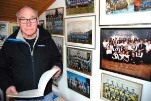 """Sune Bjurmans tränarkarriär sträckte sig nästan över två decennier. Alla fina """"minnesmärken"""" förvarar han i sin Friggebod."""