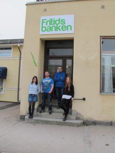 Gänget som driver Fritidsbanken samlade utanför lokalen, fr. v. Mia Johansson, Tony Johansson, Mikael Anderson och Elin Israelsson.