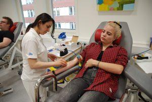Blodgivare är ett uppskattat släkte. Victoria Anderson, Enviken, har en mamma som är blodgivare och det inspirerade Victoria att också börja. Assisterar gör Ayfer Kizil.