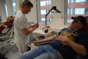 """Mikael Sjöberg, Grycksbo, har lämnat blod i fyra år. """"Jag vill göra en god gärning och hjälpa till som givare. Jag känner att jag mår bra av att lämna blod"""", berättar Mikael. Assisterar gör John Strömbeck."""