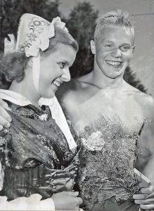 SM-kungen Göran Larsson hyllas av kranskullan Karin Karlsson. Foto: PRIVAT
