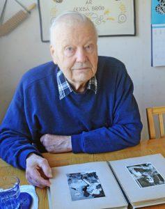 För 67 år sedan var Mats Larsson med och hjälpte till vid SM i Långsjön. Han dokumenterade det med ett välfyllt fotoalbum med bara SM-bilder.  Foto: SVEN-ERIK KARLSSON