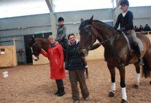 Annika Sund i rött tillsammans med tränaren Lotta Pettersson från Ängelholm (hon hjälper klubben en gång/månad). På hästarna sitter Petronella Skoglund och Åsa Danielsson.