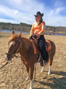 Malin Malmling med hästen Chili hemma i Enviken.