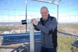Anders Hansson demonstrerar en ny kraftfull kikare, som ger besökarna en fin möjlighet att spana in Falun med omnejd.